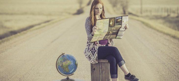 Voyageur du monde lisant une carte