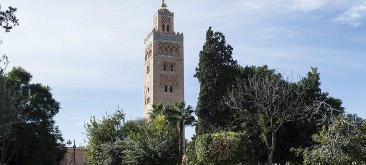 Voyage autour du monde passant par la mosquée de Marakesh